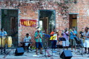 Un groupe de musiciens en prestation sur la... (Photo Guillaume Piedboeuf) - image 1.0