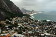 Vue sur la favéla de Vidigal descendant vers... (Photo Guillaume Piedboeuf) - image 2.1