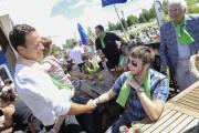 Alexandre Cloutier a rencontré plusieurs partisans, dimanche, à... (Photo Le Quotidien, Gimmy Desbiens) - image 2.0