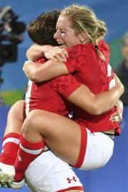 Ghislaine Landry et Kayla Moleschi célèbrent la victoire... (AFP, Pascal Guyot) - image 5.0