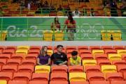 Quelques spectateurs à un match de handball entre... (AP, Ben Curtis) - image 10.0