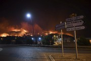 L'incendie, attisé par un vent violent conjugué à... (AFP, Boris Horvat) - image 2.0