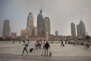 Des piétons marchent près de la station de... (AFP) - image 2.0