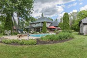 La piscine est entourée de végétaux. La remise,... (Photo fournie par Select Immobilier) - image 2.0