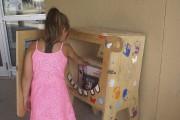 Le croque-livre permet aux enfants de troquer des... (Photo Le Progrès-Dimanche, Mélissa Viau) - image 1.0