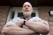 Chris Reed a agrippé une pelle adossée sur... (Martin Roy, LeDroit) - image 2.0