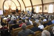 Plus de 200 personnes étaient rassemblées dans l'église... (Photo Le Quotidien, Mariane L. St-Gelais) - image 1.0