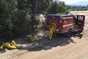 Des pompiers se reposent après avoir combattu les... (AP, Josh Edelson) - image 3.0