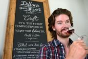 Le jeune distillateur Geoff Dillon hume l'un des... (PHOTO ROBERT SKINNER, LA PRESSE) - image 2.0