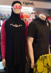 Un burkini exposé dans un centre d'achat à... (AFP) - image 2.0
