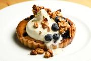 Le clafoutis aux bleuets, granola et miel.... (PHOTO BERNARD BRAULT, LA PRESSE) - image 3.0