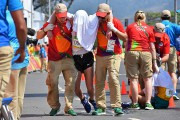 Evan Dunfeea reçu des soins après avoir franchi... (PHOTO Jewel SAMAD, AFP) - image 1.0
