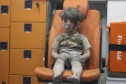 Omran Daqneesh... (PHOTO MAHMOUD RSLAN, AFP) - image 1.0