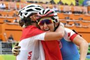 Catharine Pendrel (à droite) célèbre avec la médaille... (PHOTO SEAN KILPATRICK, PC) - image 1.1