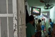 Des prisonniers regardent les demi-finales de BMX des... (AFP) - image 9.0