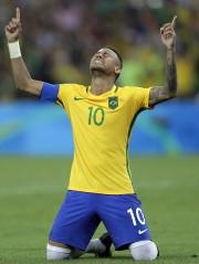 Consécration pour le pays hôte, où le soccer... (AP, Andre Penner) - image 8.0
