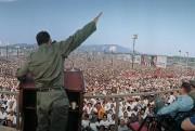 «Castro s'adresse à la foule place de la... (Photo Lee Lockwood,tirée du livre Le Cuba de Castro, éditions Taschen) - image 1.0