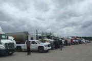 Un impressionnant nombre de camions lourds en attente... (Collaboration spéciale, Josée Leblanc) - image 2.0