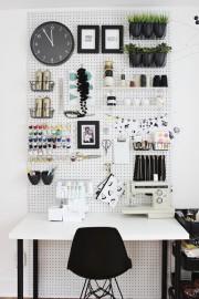 Les panneaux perforés permettent de faire un rangement... (Tirée de www.fabricpaperglue.com) - image 7.0