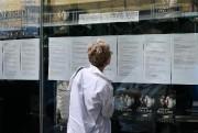 Une femme consulte l'horaire affiché dans les fenêtres... (PHOTO ROBERT SKINNER, LA PRESSE) - image 1.0
