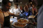 Partout à travers l'Italie, des manifestations de solidarité... (AP, Domenico Stinellis) - image 2.0