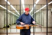 The Lone Dobro tient sa guitare à l'horizontale... (Photo Ninon Pednault, La Presse) - image 3.0