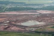 Vue aérienne du lac de boues rouges à... (Archives Le Quotidien, Michel Tremblay) - image 4.0