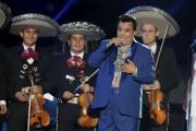 Juan Gabriel, connu pour ses tenues tape-à-l'oeil de... (Wilfredo Lee, Archives AP) - image 1.0