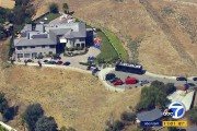 La police a perquisitionné le domicile de Chris Brown.... (PHOTO KABC-TV via AP) - image 1.0