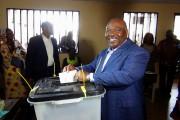 Le président sortant Ali Bongo vote dans un... (Photo Gerauds Wilfried Obangome, archives Reuters) - image 1.0