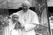 Mère Teresa avec le pape Jean Paul II... (Archives AP) - image 1.0