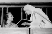 Mère Teresa avec la première ministre indienne Indira... (AFP, STR) - image 3.0