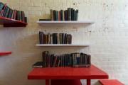 Des exemplaires des livres d'Oscar Wilde sont déposés... (AFP, JUSTIN TALLIS) - image 1.0