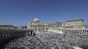 Près de 120000fidèles étaient rassembléssur la place Saint-Pierre.... (Photo Alessandra Tarantino, AP) - image 1.1