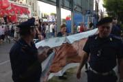 La banderolesur laquelle est dessiné un énorme phallus,... (photo tirée de la page facebook deVincent Biron) - image 2.0