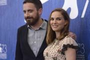 Natalie Portman et Pablo Larrain à la conférence... (AFP) - image 2.0
