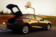 Une Mazda3, hayon ouvert.... - image 1.0