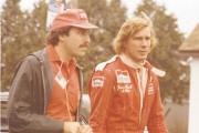 James Hunt (à droite) était venu épier Villeneuve,... (Amis du Grand Prix) - image 1.0