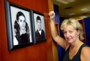 Lynda Beaulieu devant les photos d'elle et sonfrère... (Le Soleil, Erick Labbé) - image 1.0