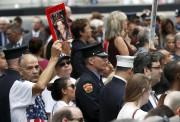 Les proches des victimes des attaques se réunissent... (AP) - image 2.0