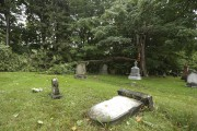 Deux arbres sont tombés dans le cimetière de... (Catherine Trudeau, La Voix de l'Est) - image 1.0