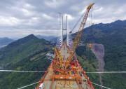 Le pont trône à565 mètres au-dessus du vide.... (AFP) - image 1.1
