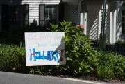 Des gens ont installé une pancarte souhaitant à... (photo don emmert, agence france-presse) - image 1.0