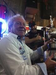Bob Bissonnette, Maurice Lemieux et le trophée du... (Courtoisie) - image 2.0