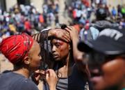 Une étudiante est rejointe par des camarades après... (photo Siphiwe Sibeko, REUTERS) - image 2.0