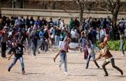 Des étudiants lancent des projectiles, des morceaux de... (photo Siphiwe Sibeko, REUTERS) - image 3.0