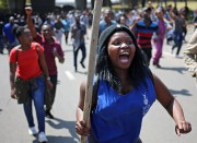 Students take part in a protest at University... (photo Siphiwe Sibeko, REUTERS) - image 2.1