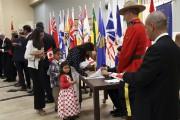 La famille Romero reçoit ici son certificat de... (La famille Romero reçoit ici son certificat de citoyenneté canadienne. Hoài Diêp Phi Nguyên, une jeune vietnamienne de 23 ans installée à Granby depuis six ans.) - image 1.0