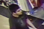 Le suspect est un homme d'origine hispanique, vêtu... (IMAGE AP/DÉPARTEMENT D'URGENCE DU COMTÉ DE SKAGIT) - image 1.0