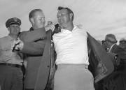 Arnold Palmer en 1964, alors qu'il enfile son... (Archives AP) - image 1.0